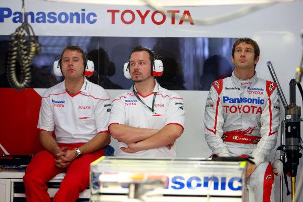Suzuka Circuit, Suzuka, Japan.2nd October 2009.Jarno Trulli, Toyota TF109, with Toyota team members. Portrait. World Copyright: Glenn Dunbar/LAT Photographic ref: Digital Image _MG_6478