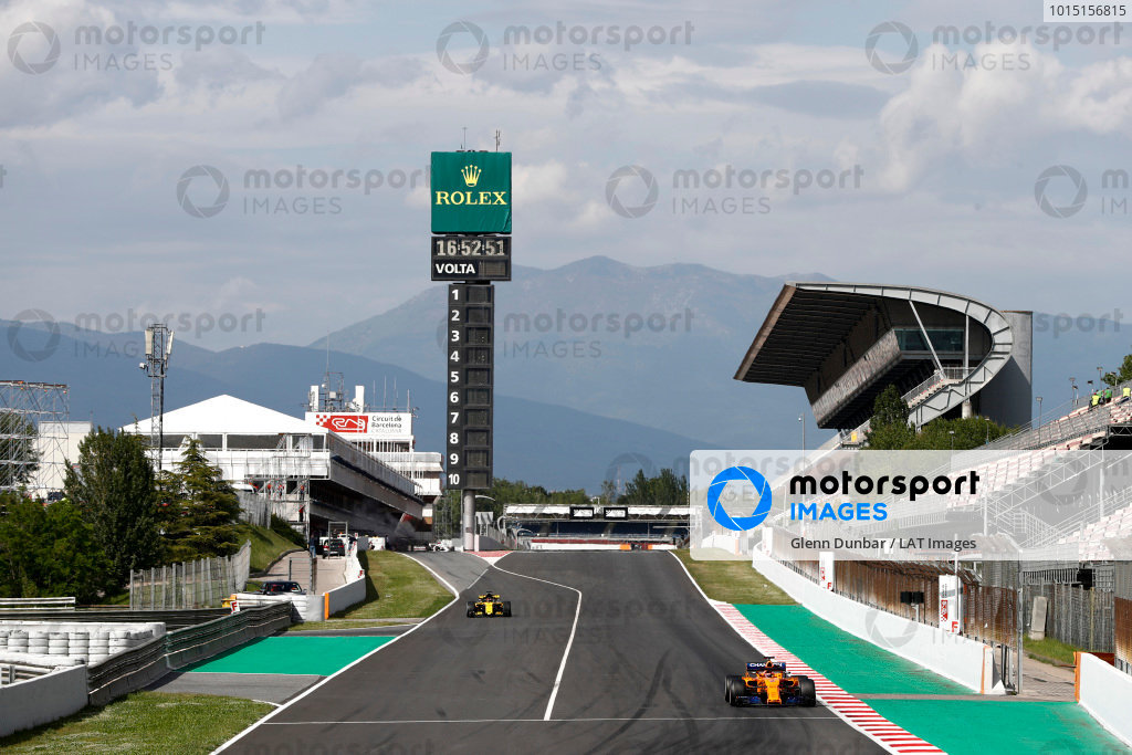 Stoffel Vandoorne, McLaren MCL33 Renault, leads Carlos Sainz Jr., Renault Sport F1 Team R.S. 18.