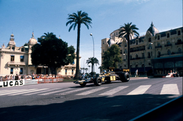 Monte Carlo, Monaco. 23 - 26 May 1974. Ronnie Peterson (Lotus 72E-Ford), 1st position, action, Casino Square.  World Copyright: LAT Photographic. Ref: 74MON29