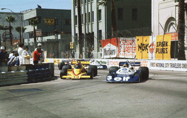 1977 United States Grand Prix West.Long Beach, California, USA.1-3 April 1977.Ronnie Peterson (Tyrrell P34 Ford) goes around the outside of Jean-Pierre Jarier (ATS/Penske PC4 Ford) at Cooks Corner.Ref-77 LB 05.World Copyright - LAT Photographic
