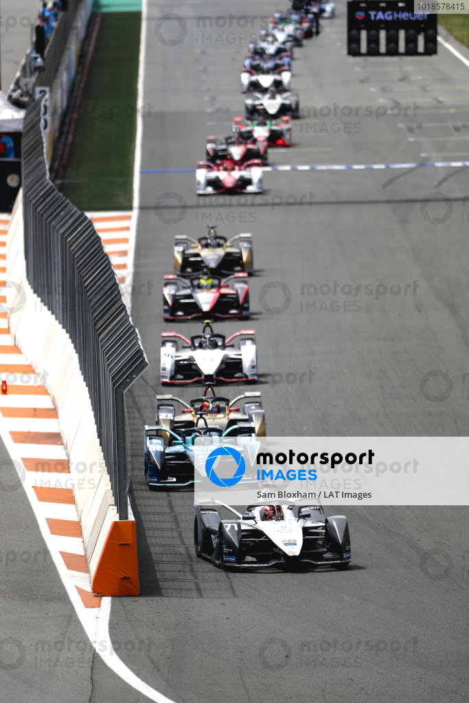 Norman Nato (FRA), Venturi Racing, Silver Arrow 02, leads Tom Blomqvist (GBR), NIO 333, NIO 333 001, Jean-Eric Vergne (FRA), DS Techeetah, DS E-Tense FE21, Andre Lotterer (DEU), Tag Heuer Porsche, Porsche 99X Electric, and Oliver Rowland (GBR), Nissan e.Dams, Nissan IMO2