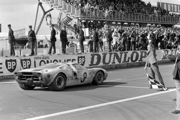 Pedro Rodriguez / Lucien Bianchi, John Wyer Automotive Engineering, Ford GT40, crosses the line and takes the chequered flag.
