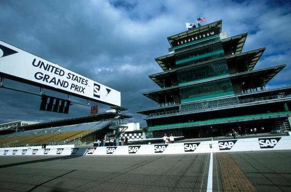 The start line yard of bricks and the race control tower. United States Grand Prix, Indianapolis, 30 September 2001.
