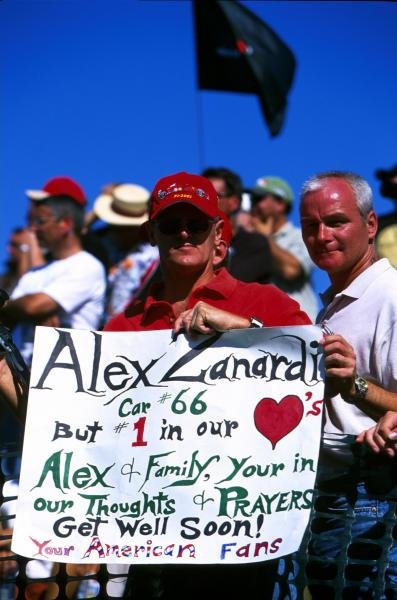 The American fans send a get well message to ex Formula 1 and CART champion Alex Zanardi (ITA). United States Grand Prix, Indianapolis, 30 September 2001 BEST IMAGE