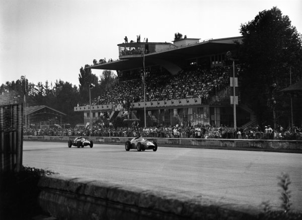 Monza, Italy. 13th September 1959.Phil Hill (Ferrari 246 Dino), 2nd position leads Stirling Moss (Cooper T51-Climax), 1st position, action.World Copyright: LAT Photographic.Ref: Autocar Glass Plate C56519.