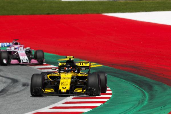 Carlos Sainz Jr., Renault Sport F1 Team R.S. 18, leads Sergio Perez, Force India VJM11 Mercedes.