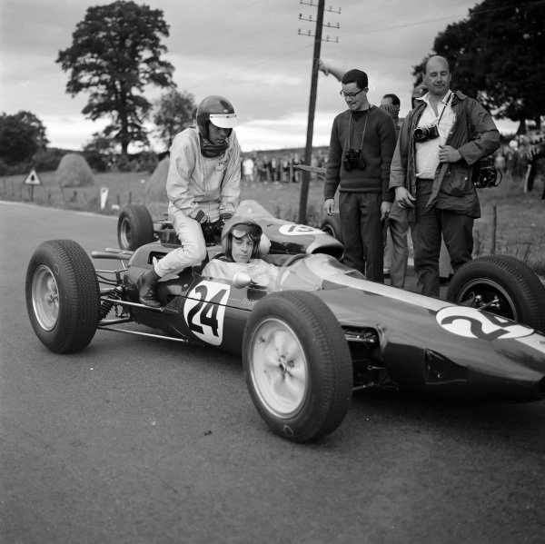 Peter Arundell, Lotus 25 Climax, gives Jim Clark a lift.