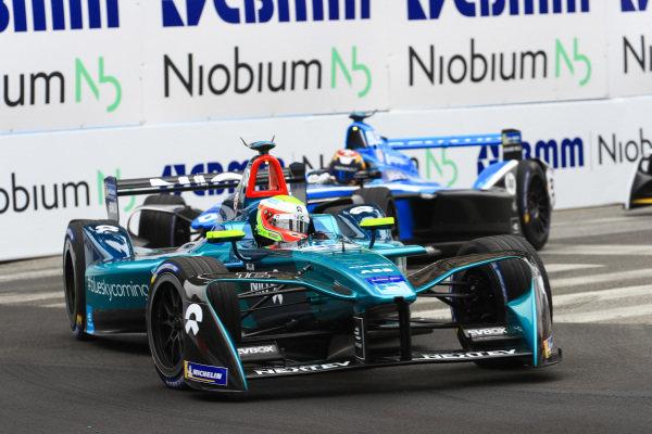 Oliver Turvey (GBR), NIO Formula E Team, NextEV NIO Sport 003, leads Sébastien Buemi (SUI), Renault e.Dams, Renault Z.E 17.