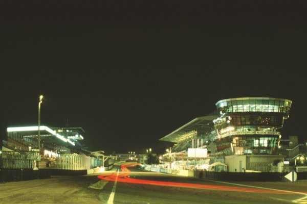 2000 Le Mans 24 Hours. Le Mans, France. 17-18 June 2000. The pits at night. World Copyright: LAT Photographic. Ref:  00LM20.
