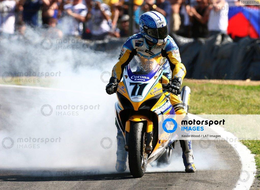 2007 World Superbike Championship. Brands Hatch, England. 3rd - 5th August 2007. Yukio Kagayama, Suzuki GSXR1000 K7, celebrates 5th position in race two with a burnout.  World Copyright: Kevin Wood/LAT Photographic ref: Digital Image