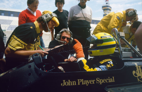 1986 Spanish Grand Prix.  Jerez, Spain. 11th - 13th April 1986. Ayrton Senna (Lotus 98T-Renault), 1st position, talks with race engineer Steve Hallam and Gerard Ducarouge, portrait. World Copyright: LAT Photographic. Ref:  86ESPa