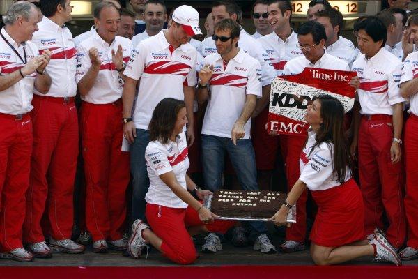 2007 Brazilian Grand Prix - Sinday RaceInterlagos, Sao Paulo, Brazil21st October 2007.The Toyota team say thanks to Ralf Schumacher and Franck Montagny for their services. Portrait. Atmosphere. World Copyright: Andrew Ferraro/LAT Photographicref: Digital Image _H0Y4158