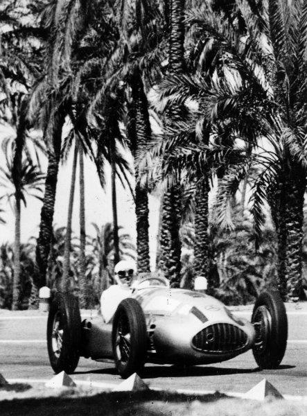 Mellaha, Libya.7 May 1939.Hermann Lang (Mercedes-Benz W165), 1st position.Published-Autocar 12/5/1939 p813.World Copyright - LAT Photographic