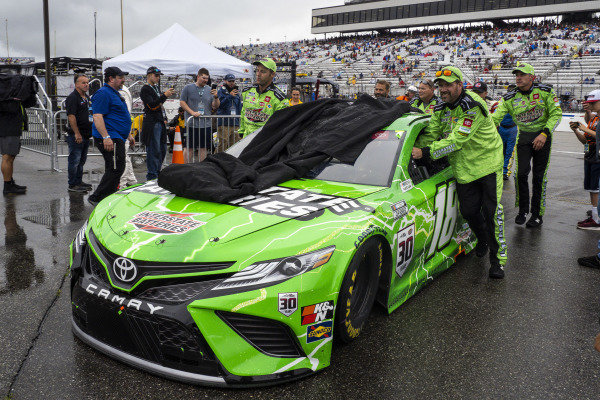#18: Kyle Busch, Joe Gibbs Racing, Toyota Camry Interstate Batteries crew pushes the car to the garage