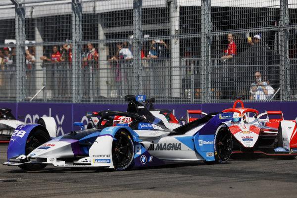 Maximilian Guenther (DEU), BMW I Andretti Motorsports, BMW iFE.21, leads Alex Lynn (GBR), Mahindra Racing, M7Electro