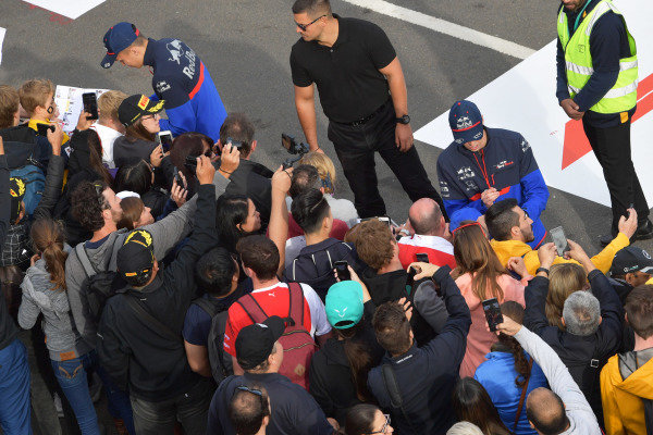 Alexander Albon, Scuderia Toro Rosso, anDaniil Kvyat, Toro Rosso, sign autographs for fans at the Federation Square event