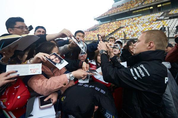 Shanghai International Circuit, Shanghai, China.  Thursday 6 April 2017. Valtteri Bottas, Mercedes AMG, signs autographs for fans. World Copyright: Steve Etherington/LAT Images ref: Digital Image SNE15994