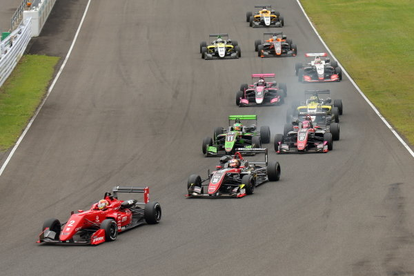 Rd10 Winner Toshiki Oyu, TODA FIGHTEX Dallara F319 Toda, leads at the start
