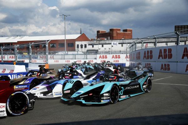 Mitch Evans (NZL), Jaguar Racing, Jaguar I-TYPE 5, leads Jake Dennis (GBR), BMW I Andretti Motorsport, BMW iFE.21, Antonio Felix da Costa (PRT), DS Techeetah, DS E-Tense FE21, and the remainder of the field on the opening lap