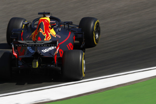 Daniel Ricciardo, Red Bull Racing RB14 Tag Heuer, has a sideways moment.