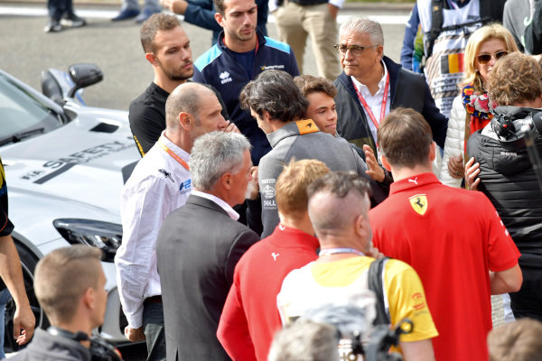 Carlos Sainz Jr, McLaren, comforts Nyck De Vries (NLD, ART GRAND PRIX) at the memorial for Anthoine Hubert (FRA, BWT ARDEN)