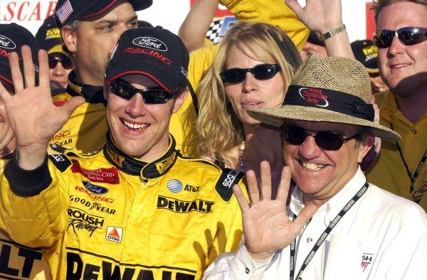 2002 NASCAR Phoenix, USA November 09-10, 2002 Checker Auto Parts 500 ,Phoenix International Raceway-MattKenseth and Jack Roush with five fingers for five wins,-Robt LeSieur2002LAT Photographic