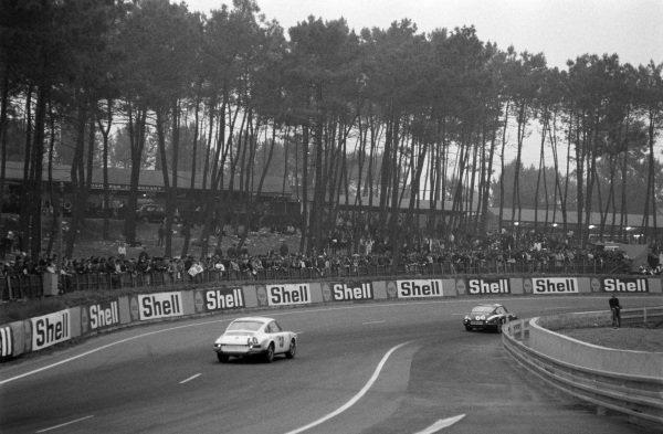 Jean Egreteaud / Raymond Lopez, Jean Egreteaud, Porsche 911 T leads Claude Ballot-Lèna / Guy Chasseuil, Auguste Veuillet, Porsche 911 T.