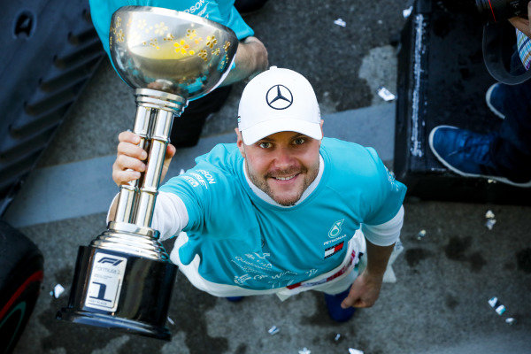 Race winner Valtteri Bottas, Mercedes AMG F1 celebrates during the team photograph with the trophy