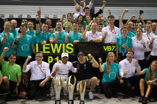 Marina Bay Circuit, Marina Bay, Singapore. Sunday 17 September 2017. Lewis Hamilton, Mercedes AMG, 1st Position, Valtteri Bottas, Mercedes AMG, 3rd Position, and the Mercedes team celebrate victory. World Copyright: Steve Etherington/LAT Images  ref: Digital Image SNE19551