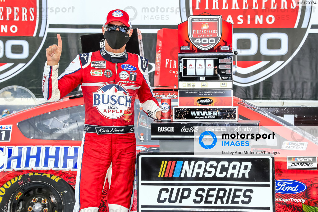 #4: Kevin Harvick, Stewart-Haas Racing, Ford Mustang Busch Light Apple in victory lane