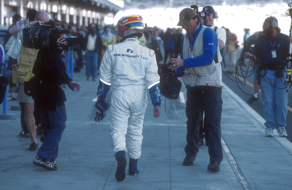 2001 United States Grand Prix.Indianapolis, Indiana, USA.28-30 September 2001.Juan-Pablo Montoya (Williams BMW) walks down the pits after retiring from the race, when his oil pump hydraulics failed.Ref-01 USA 10.World Copyright - LAT Photographic