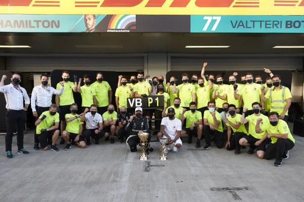 Valtteri Bottas, Mercedes-AMG Petronas F1, 1st position, Lewis Hamilton, Mercedes-AMG Petronas F1, 3rd position, and the Mercedes team celebrate