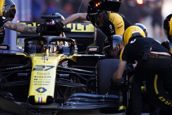 Nico Hulkenberg, Renault F1 Team R.S. 19 pit stop