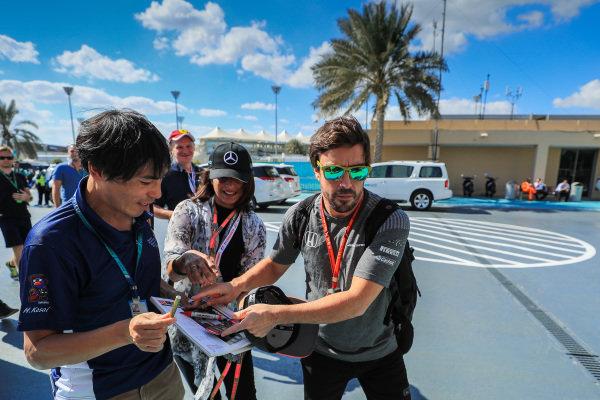 Fernando Alonso (ESP) McLaren signs an autograph at Formula One World Championship, Rd20, Abu Dhabi Grand Prix, Race, Yas Marina Circuit, Abu Dhabi, UAE, Sunday 26 November 2017.