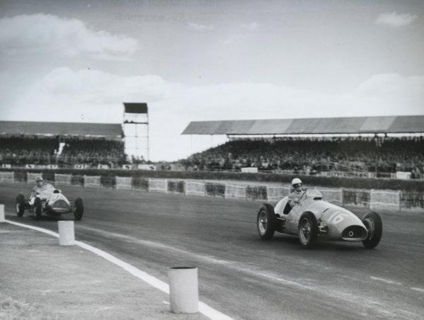 1952 British Grand Prix.Silverstone, Great Britain. 19 July 1952.Giuseppe Farina (Ferrari 500) leads Eric Brandon (Ecurie Richmond Cooper T20-Bristol).World Copyright - LAT Photographic
