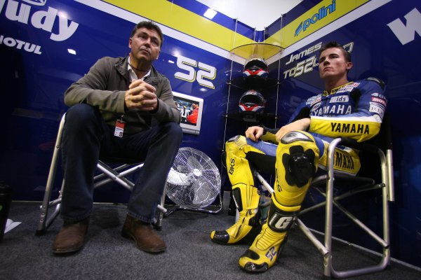 2008 MotoGP. Losail, Qatar. 7th - 9th March 2008. Rd 1. James Toseland, Yamaha, 6th position, with Manager Roger Burnett, portrait. World Copyright: Martin Heath/LAT Photographic. Ref: Digital Image Only.