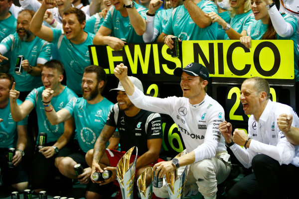 Marina Bay Circuit, Marina Bay, Singapore. Sunday 18 September 2016. Nico Rosberg, Mercedes AMG celebrates with his team after winning the race. World Copyright: Andrew Hone/LAT Photographic ref: Digital Image _ONY8723