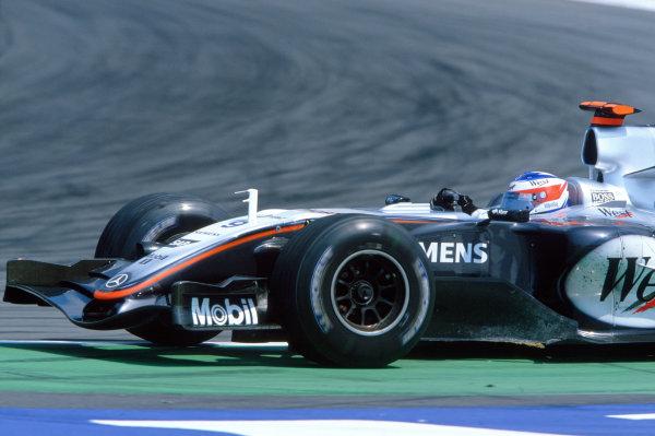 2005 European Grand Prix Nurburgring, Germany. 27th - 29th May. Kimi Raikkonen, McLaren Mercedes MP4-20 runs wide in turn 1 after out-braking himself lapping Jacques Villeneuve, Sauber Petronas C24. Action. World Copyright: Charles Coates/LAT Photographic ref: 35mm Image: 05Monaco26