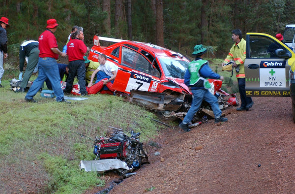 2002 World Rally Championship. Telstra Rally Australia, Perth. October 31st-November 3rd. Richard Burns helps out at the crash scene of Francois Delecour's massive accident which ripped out the engine and transmission assembly. Photo: Ralph Hardwick/LAT