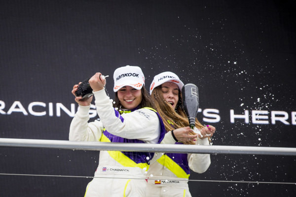 Jamie Chadwick (GBR) sprays the champagne with Marta Garcia (ESP) on the podium