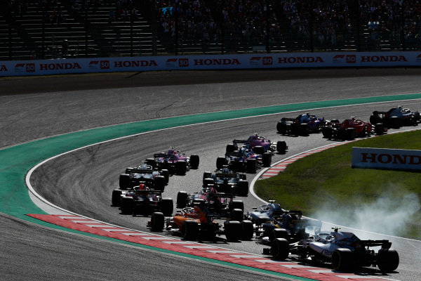 Fernando Alonso, McLaren MCL33, Nico Hulkenberg, Renault Sport F1 Team R.S. 18, and Lance Stroll, Williams FW41, chase the pack at the start