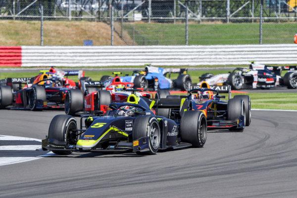 Dan Ticktum (GBR, Carlin), leads Liam Lawson (NZL, Hitech Grand Prix)