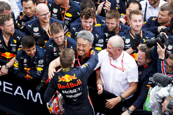 Max Verstappen, Red Bull Racing, 1st position, celebrates in Parc Ferme with Masashi Yamamoto, General Manager, Honda Motorsport, and the Red Bull team