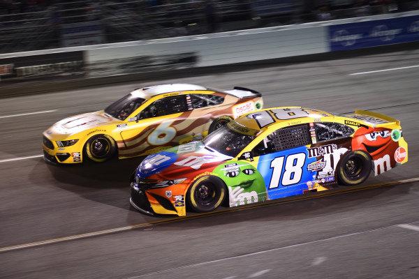#18: Kyle Busch, Joe Gibbs Racing, Toyota Camry M&M's, #6: Ryan Newman, Roush Fenway Racing, Ford Mustang Oscar Mayer Bacon