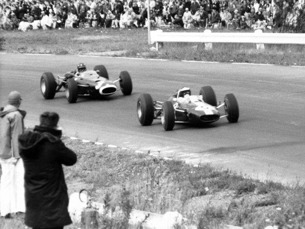 1965 United States Grand Prix.Watkins Glen, United States. 3 October 1965.Jim Clark, Lotus 33-Climax, retired, leads Graham Hill, BRM P261, 1st position, action.World Copyright: LAT PhotographicRef: b&w print
