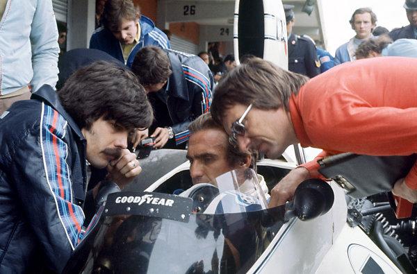 Buenos Aires, Argentina. 12 January 1975.Gordon Murray (left) and Bernie Ecclestone (right) talk to Carlos Reutemann, Brabham BT44B-Ford, 3rd position, portrait.World Copyright: LAT PhotographicRef: 35mm transparency 75ARG