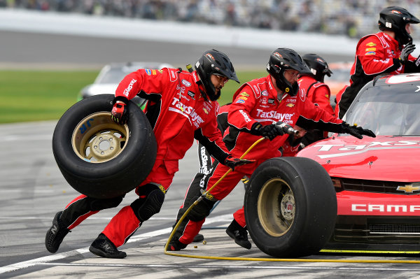 20-21 February, 2015, Daytona Beach, Florida USA Dale Earnhardt Jr pit stop ? 2015, Nigel Kinrade LAT Photo USA