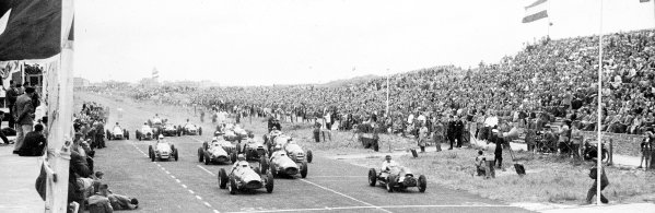 1952 Dutch Grand Prix.Zandvoort, Holland. 15-17 August 1952.Alberto Ascari (Ferrari 500, number 2) and Mike Hawthorn (Cooper T20-Bristol) lead at the start.Published-Autocar 22/8/1952 p1049. Ref-S74/3182.World Copyright - LAT Photographic
