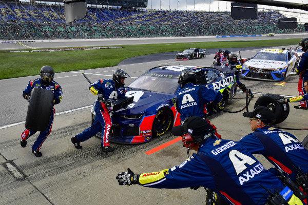 #88: Alex Bowman, Hendrick Motorsports, Chevrolet Camaro Axalta makes a pit stop
