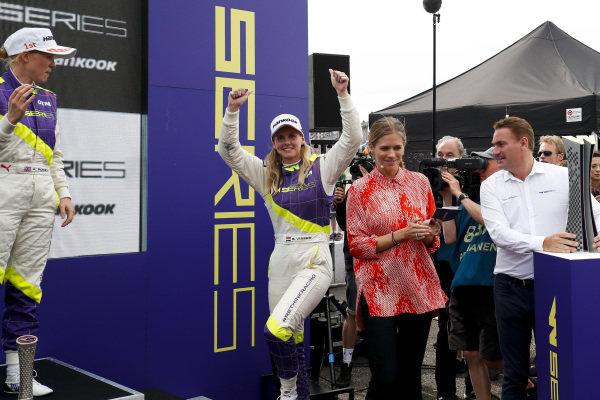 Alice Powell (GBR) and Beitske Visser (NLD) on the podium